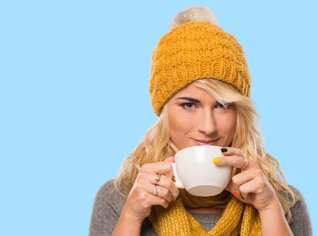 Красивая блондинка в шляпе и шарфе Бесплатные Фотографии