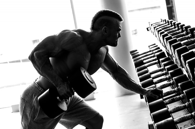 Гимнастический зал. красивый мужчина во время тренировки Бесплатные Фотографии