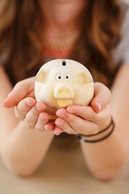 Деньги, финансы. женщина с поросёнком Бесплатные Фотографии