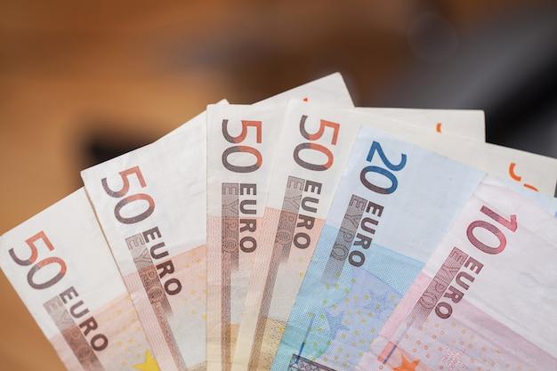 Куча банкнот евро на деревянном столе Бесплатные Фотографии