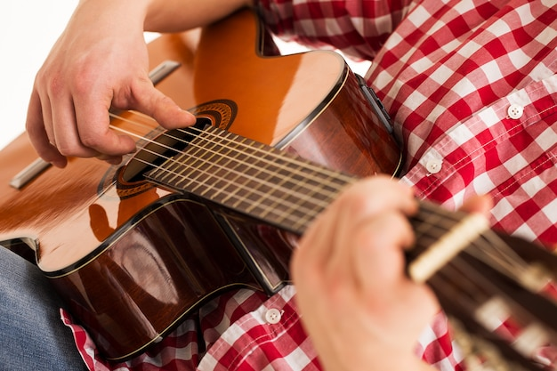 音楽、クローズアップ。木製ギターを保持しているミュージシャン 無料写真