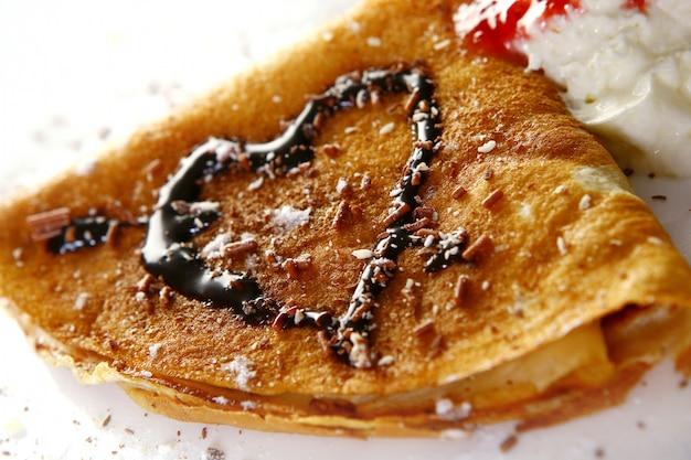 デザートプレート予測に基づくパンケーキとチョコレートシロップ 無料写真
