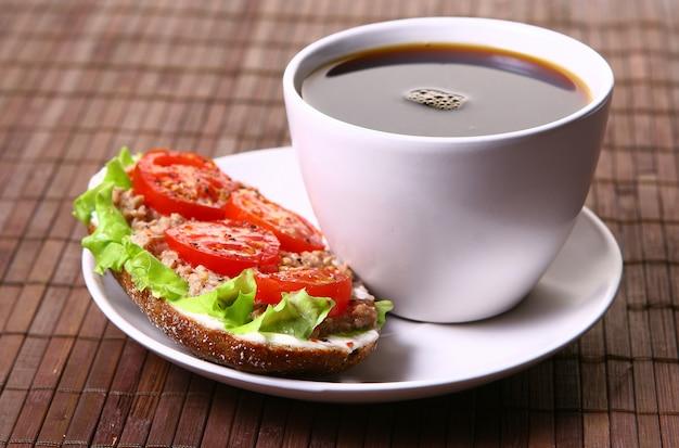 新鮮な野菜とコーヒーの新鮮なサンドイッチ 無料写真