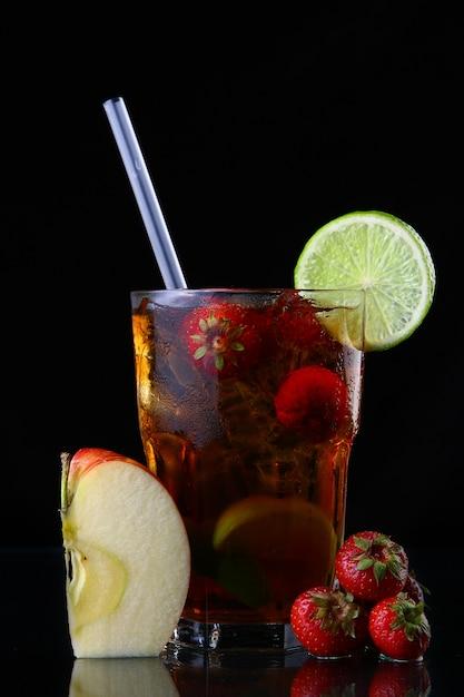 Свежий ледяной чай со льдом и клубникой Бесплатные Фотографии