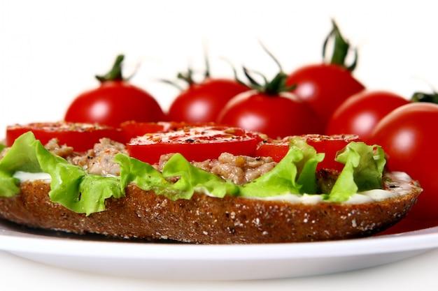 新鮮な野菜と新鮮なサンドイッチ 無料写真