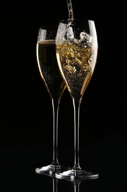 Два элегантных бокала с золотым шампанским Бесплатные Фотографии