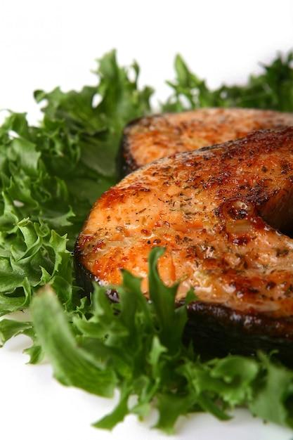 サラダと新鮮なサーモンガーニッシュ 無料写真