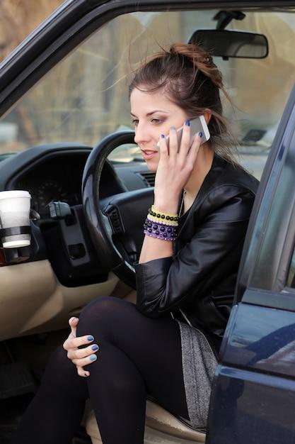 車の中で魅力的な女性 無料写真