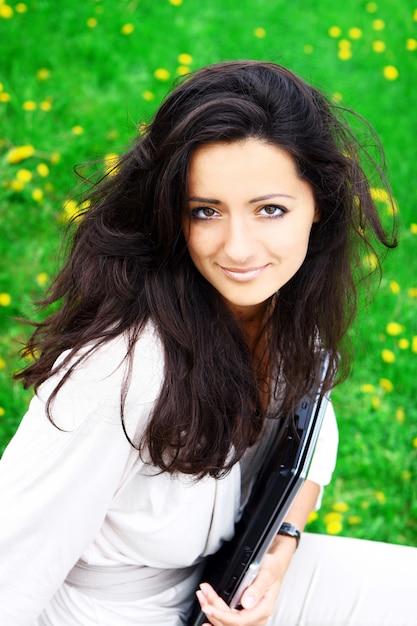 Красивая и привлекательная женщина в парке Бесплатные Фотографии