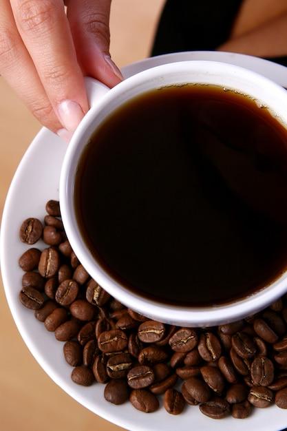 ブラックコーヒーを飲む美しい女性 無料写真