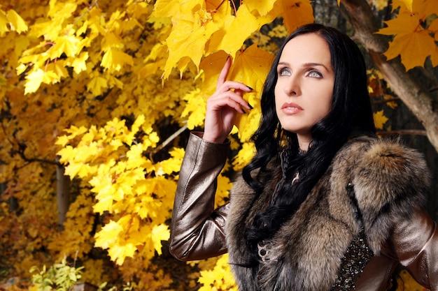 秋の公園で美しい女性 無料写真