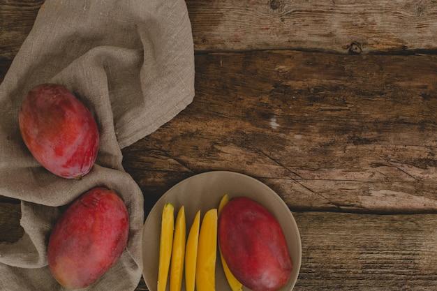 テーブルの上のマンゴー 無料写真