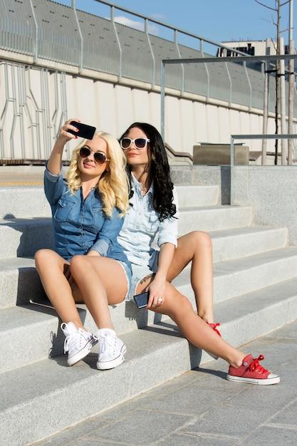 Привлекательные лучшие друзья на открытом воздухе Бесплатные Фотографии
