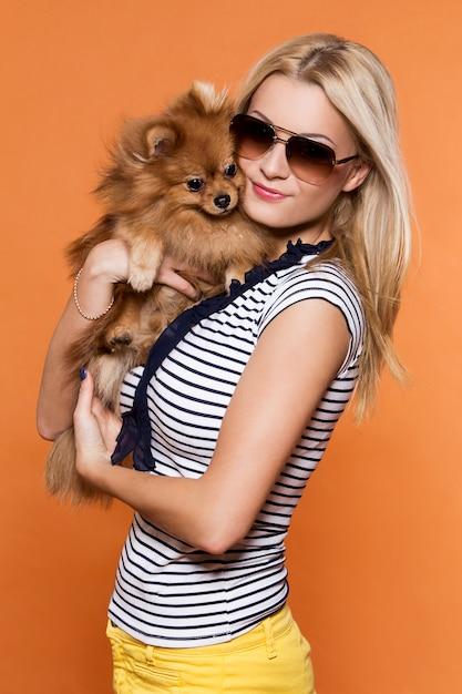 夏。犬と美しいブロンド 無料写真