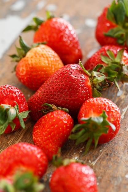 テーブルの上のおいしいイチゴ 無料写真