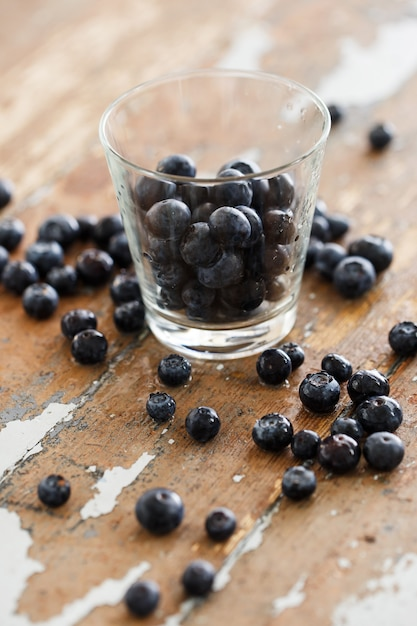 Вкусные ягоды черники на столе Бесплатные Фотографии