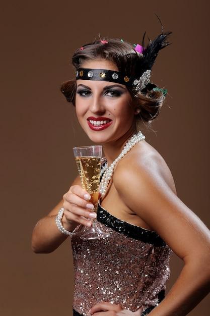 茶色の背景を持つ自分のグラスワインのパーティー女性手 無料写真