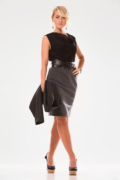 Красивая женщина со светлыми волосами и черным костюмом Бесплатные Фотографии