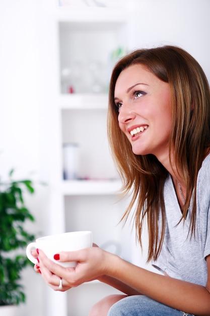 Счастливая красивая женщина расслабляющий и улыбающийся Бесплатные Фотографии