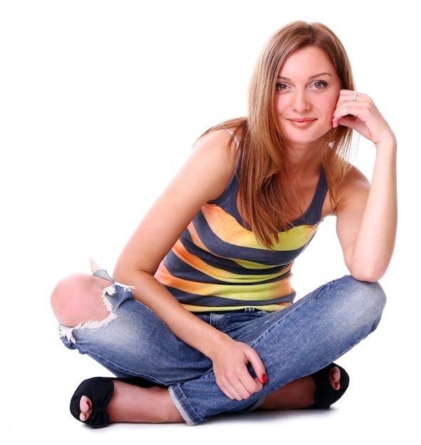 白い背景に対して笑っているかわいい若い女の子のクローズアップの肖像画 無料写真