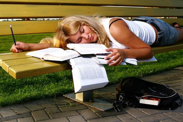 本を読んで若い魅力的な学生 無料写真