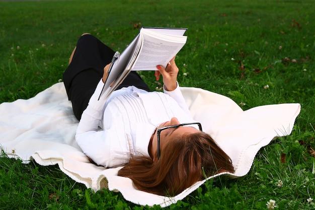 公園で勉強している美しい若い女性 無料写真