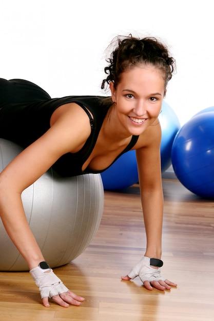 Красивая молодая женщина делает фитнес Бесплатные Фотографии