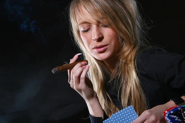 Красивая женщина, которая курит сигару Бесплатные Фотографии