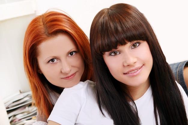 二人の若くて美しい姉妹 無料写真