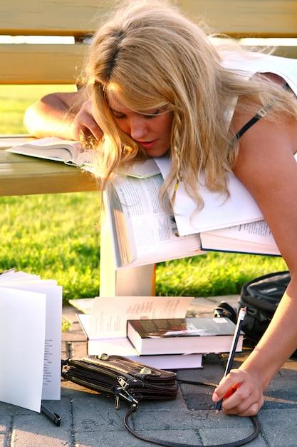 Молодой привлекательный студент читает книгу Бесплатные Фотографии