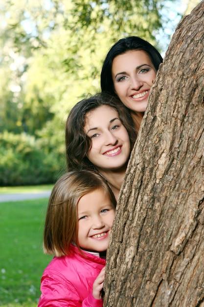 秋の公園を通って健康的な散歩を取る若い家族 無料写真