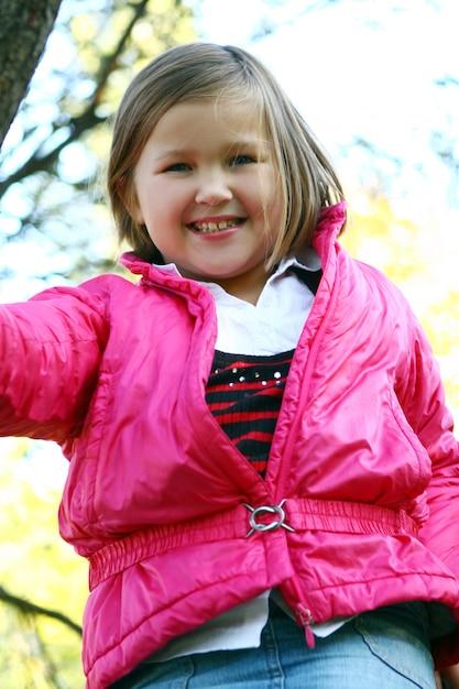 健康的な秋の公園を散歩している女の子 無料写真