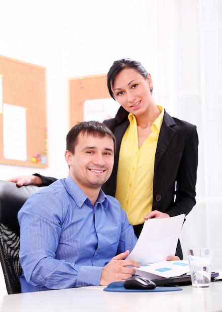 Деловые люди, работающие в офисе Бесплатные Фотографии