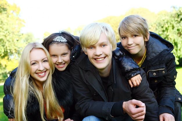 Счастливая семья в парке Бесплатные Фотографии