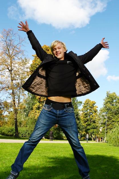 若くて魅力的な男は公園で楽しい時を過す 無料写真