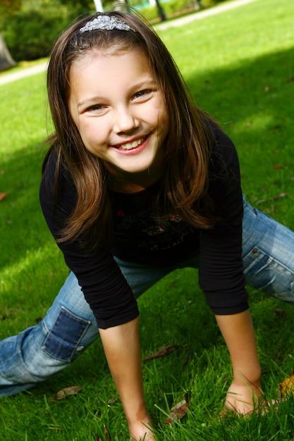Симпатичная и привлекательная девушка позирует в парке Бесплатные Фотографии