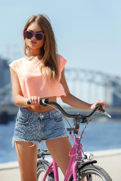 自転車で美しい少女 無料写真