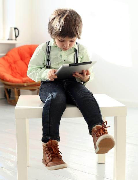 スマートフォンで遊ぶ愛らしい子供 無料写真