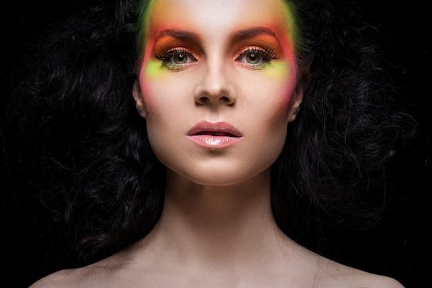 色のメイクアップを持つ女性 無料写真