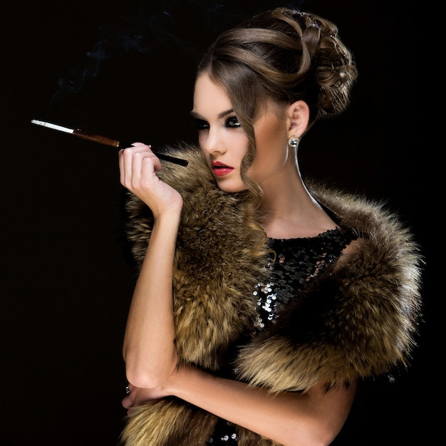 ビンテージ。タバコで美しい少女 無料写真
