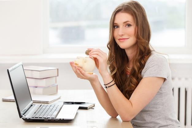 Ученик. привлекательная девушка за столом Бесплатные Фотографии