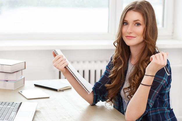 学生。テーブルで魅力的な女の子 無料写真