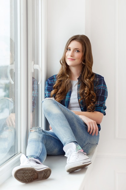 窓際の魅力的な女の子 無料写真