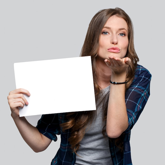 Девушка держит белый щит Бесплатные Фотографии