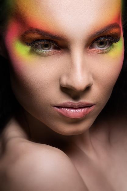 色付きのメイクアップを持つ魅力的な女性 無料写真