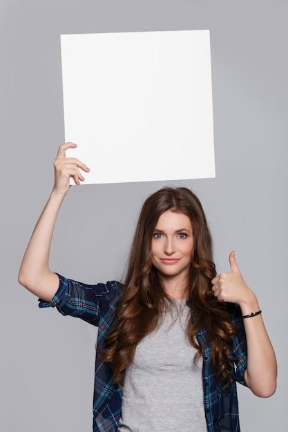 白い看板を保持している女の子 無料写真