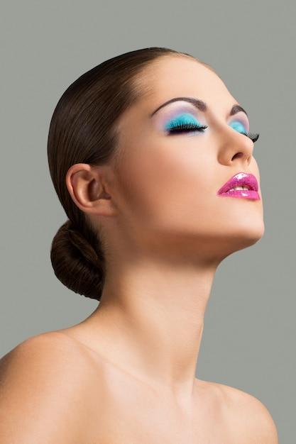 Красивая девушка с красочным макияжем Бесплатные Фотографии