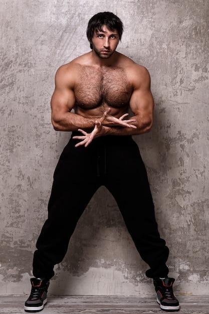 上半身裸の筋肉男 無料写真