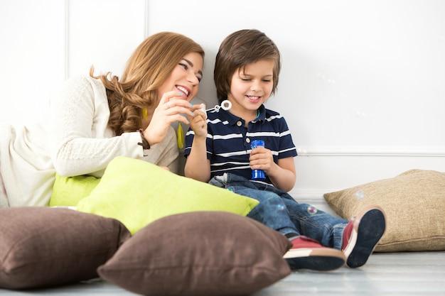 泡を作る母と愛らしい子供 無料写真