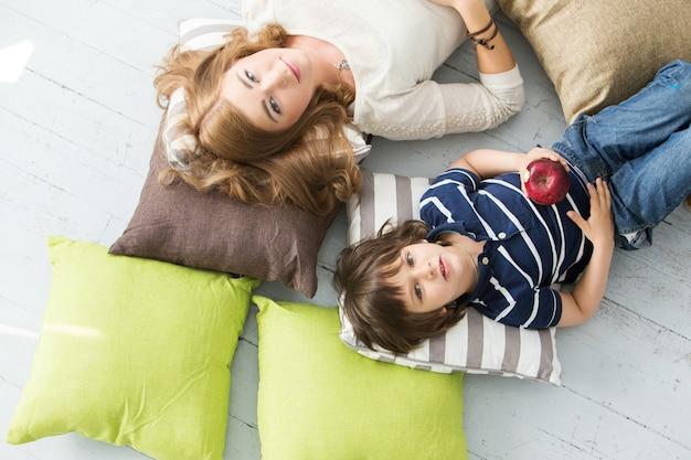 母親の食用リンゴと愛らしい子供 無料写真